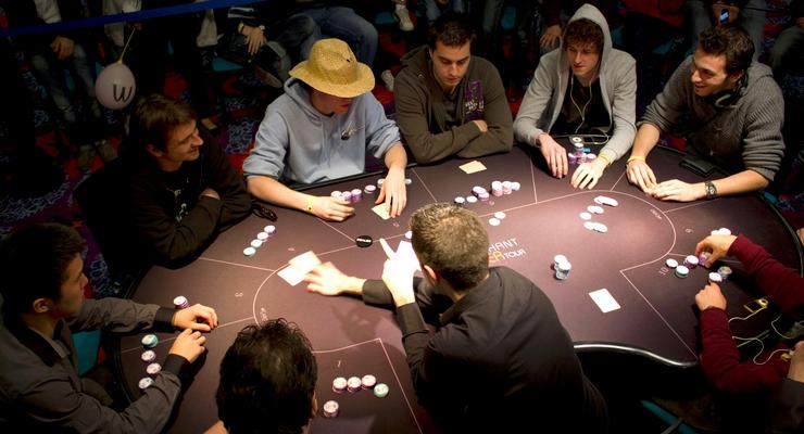 Покеристы играют в покер по правилам